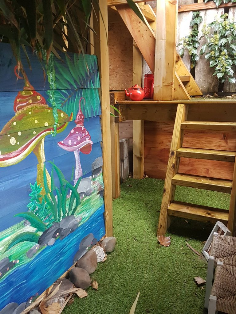 Speelhuis boomhut muurschildering